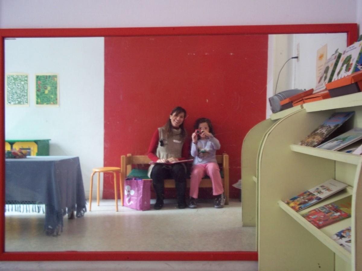 Εικ. 8. Έρευνα στο Ελληνικό Παιδικό Μουσείο. Η φωτογραφική μηχανή μπορεί να αποτελέσει ένα σημαντικό εργαλείο αποτύπωσης της οπτικής των παιδιών με όρους ενδυναμωτικούς (Φωτογραφικό Αρχείο Δ. Καλεσοπούλου).