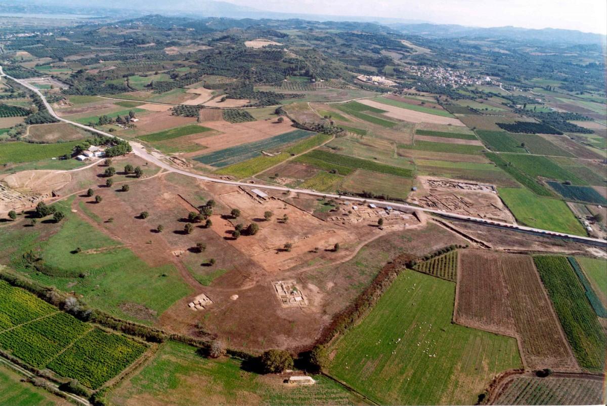 Εικ. 3. Αεροφωτογραφία του χώρου της Ήλιδος από ΒΔ (πηγή: Ανδρέου 2004, 4-5).