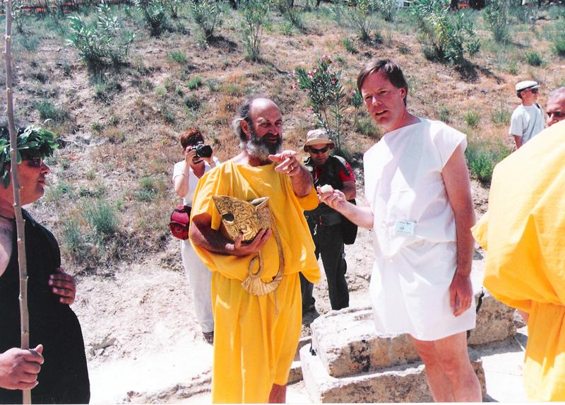 Ο δούλος Στέφανος Μίλλερ δείχνει τη θέση έναρξης που έλαχε στον Αμερικανό πρέσβυ, Nick Burns, βάσει του κλήρου που τράβηξε από την περικεφαλαία, Ιούνιος 2000.