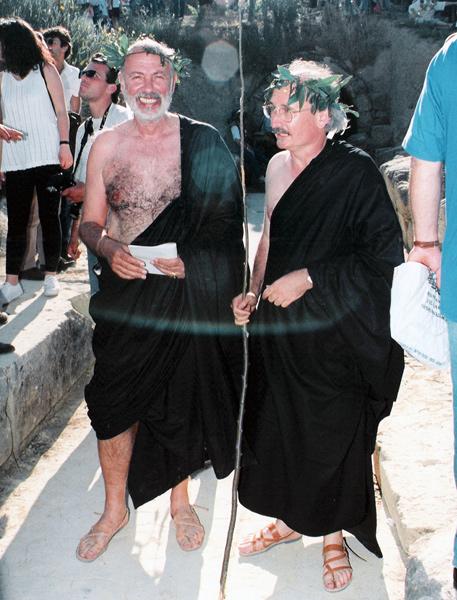 Ο Άγγελος Δεληβορριάς και ο Πάνος Βαλαβάνης, κριτές στις τελετές λήξης το 1996, μπαίνουν στο Στάδιο από τη θολωτή δίοδο.