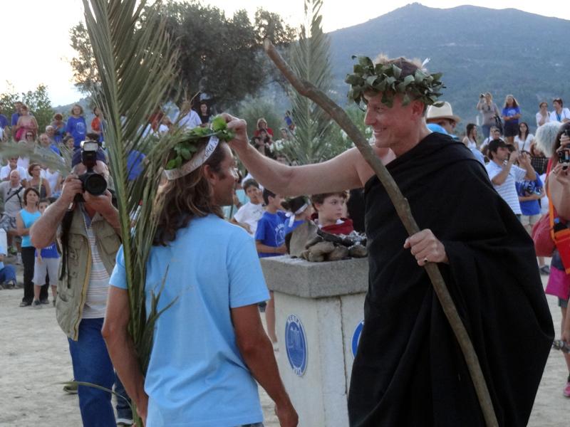 Ο  Jean Loup Kuhn-Delforge, Γάλλος πρέσβυς στην Ελλάδα, τοποθετεί το στεφάνι από άγριο σέλινο στο κεφάλι του νικητή του δρόμου των 7,5 χλμ