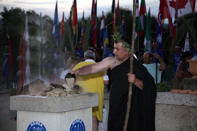 Ο χρυσός Ολυμπιονίκης στην άρση βαρών Kakhi Kakhiashvili βοηθάει στο σβήσιμο της φλόγας των Νέμεων αγώνων με νεμεακή γη, 2012.