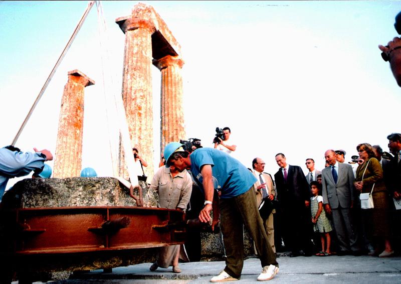 Αναστήλωση ναού Νεμείου Διός. Τοποθετείται ο πρώτος σπόνδυλος υπό τα άγρυπνα βλέμματα του Προέδρου της Δημοκρατίας, Κωστή Στεφανόπουλου, και της Υπουργού Πολιτισμού, Ελισάβετ Παπαζώη, 25  Ιουλίου 1999.