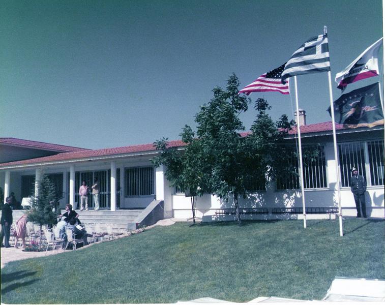 Η πρόσοψη του Αρχαιολογικού Μουσείου Νεμέας από τα ΝΔ τη μέρα των εγκαινίων, 28 Μαίου 1984.
