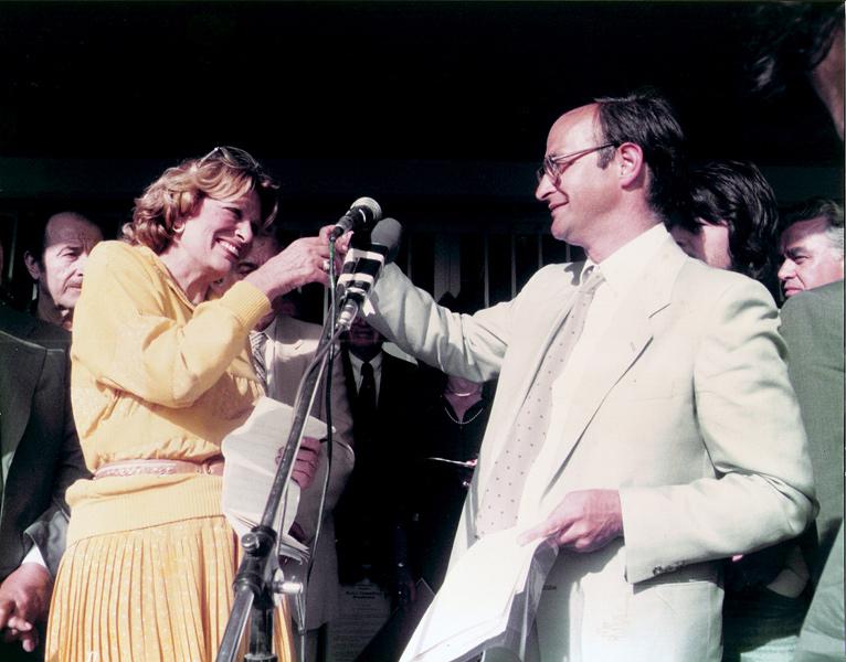 Ο Στέφανος Μίλλερ προσφέρει το κλειδί του Αρχαιολογικού Μουσείου Νεμέας στην Υπουργό Πολιτισμού, Μελίνα Μερκούρη, 28 Μαίου 1984.
