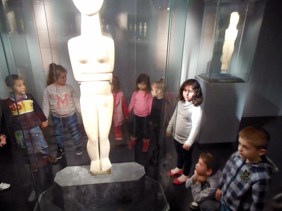 Εικ. 1. Στιγμιότυπο από δραστηριότητα εκπαιδευτικού προγράμματος με τίτλο «Του κύκλου τα ειδώλια», στο Μουσείο Κυκλαδικής Τέχνης. Σχεδιάστηκε και υλοποιήθηκε σε συνεργασία με την αρχαιολόγο Ε. Μάρκου (αρχείο Β. Δεληγιαννίδη).