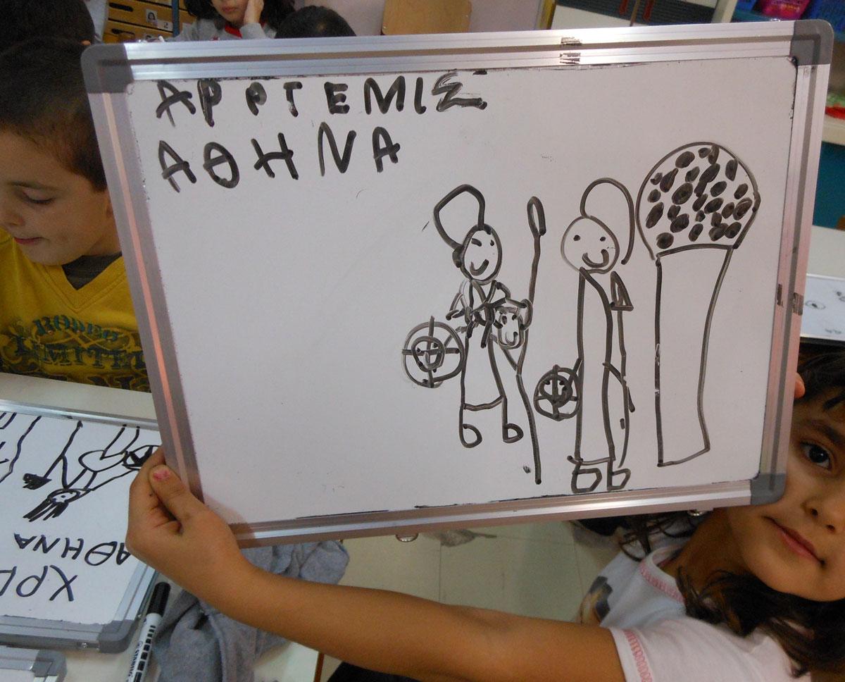 Εικ. 7. Ζωγραφική απεικόνιση με αναπτυγμένη αφήγηση, από project με τίτλο «Η Θεά Αθηνά είναι παντού» το οποίο προέκυψε από επιθυμίες και αποφάσεις των νηπίων και κατέληξε σε μουσειακή επίσκεψη με πραγματοποίηση εκπαιδευτικού προγράμματος (αρχείο Β. Δεληγιαννίδη).