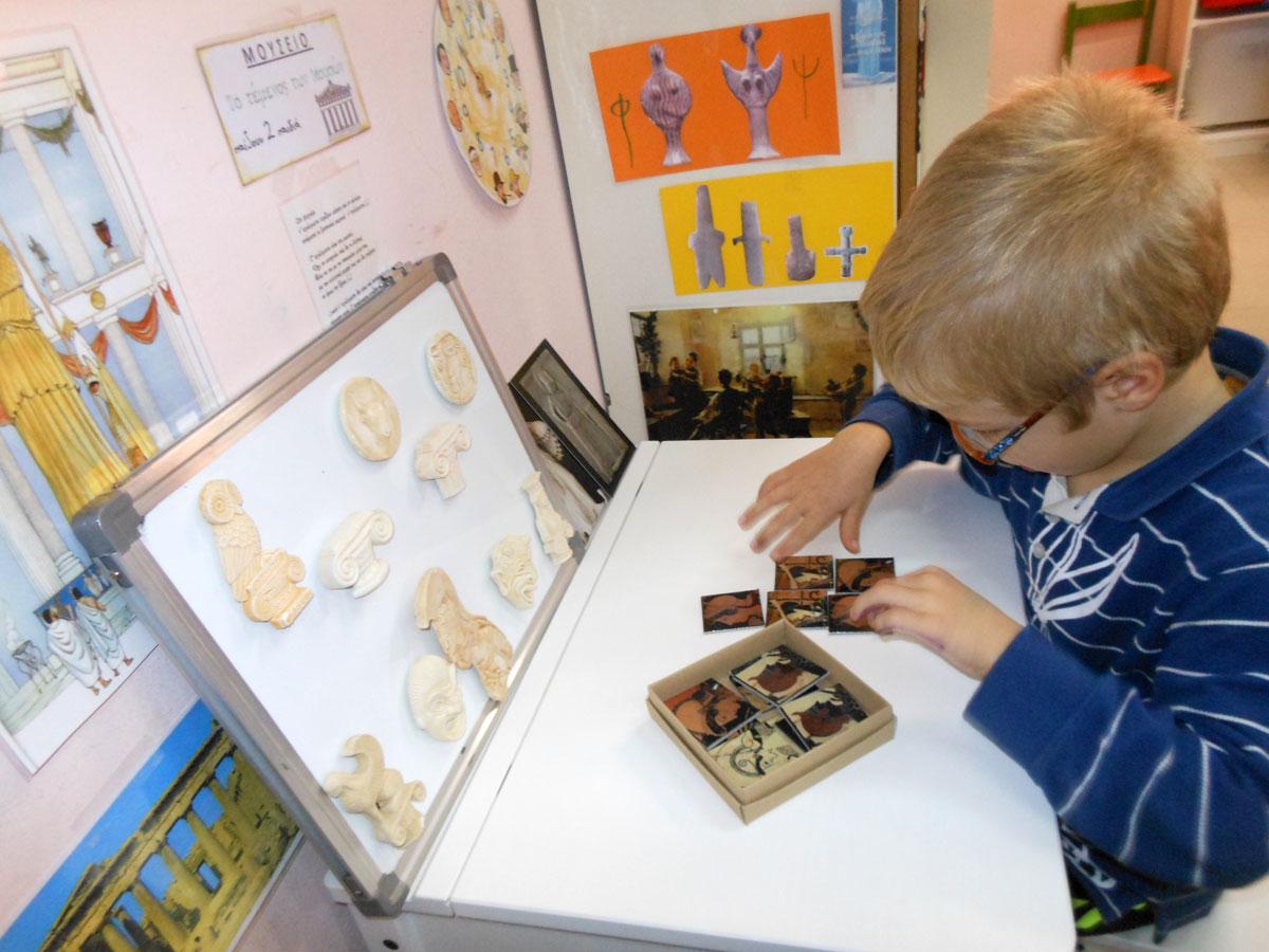 Εικ. 9. Άποψη της γωνιάς του μουσείου στο νηπιαγωγείο μας, όπως έχει διαμορφωθεί από τα παιδιά (αρχείο Β. Δεληγιαννίδη).