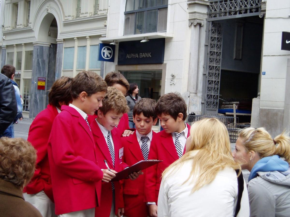 Εικ. 2. Μαθητές Ε' τάξης παίρνουν συνέντευξη από περαστικούς στο πλαίσιο του προγράμματος «Καπνικαρέα-ένα μνημείο στο κέντρο της αγοράς» της Δ/νσης Βυζαντινών και Μεταβυζαντινών Μνημείων, 2003.
