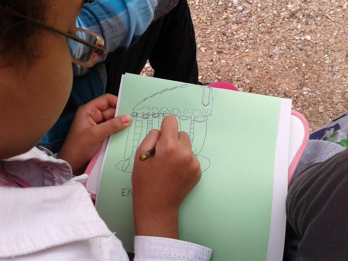 Εικ. 5. Σχεδιάζοντας παρατηρώ, μαθήτρια Ε' τάξης, Αρχαία Αγορά, 2014.