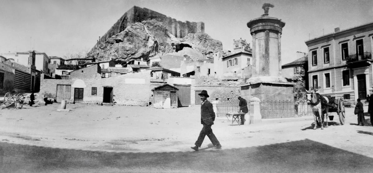 Φωτογραφία που παρουσιάζεται στην έκθεση «Μεταμορφώσεις των Αθηνών. Φωτογραφικό Οδοιπορικό 1839-1950» η οποία φιλοξενείται στο νέο κτίριο του Μουσείου Ηρακλειδών.