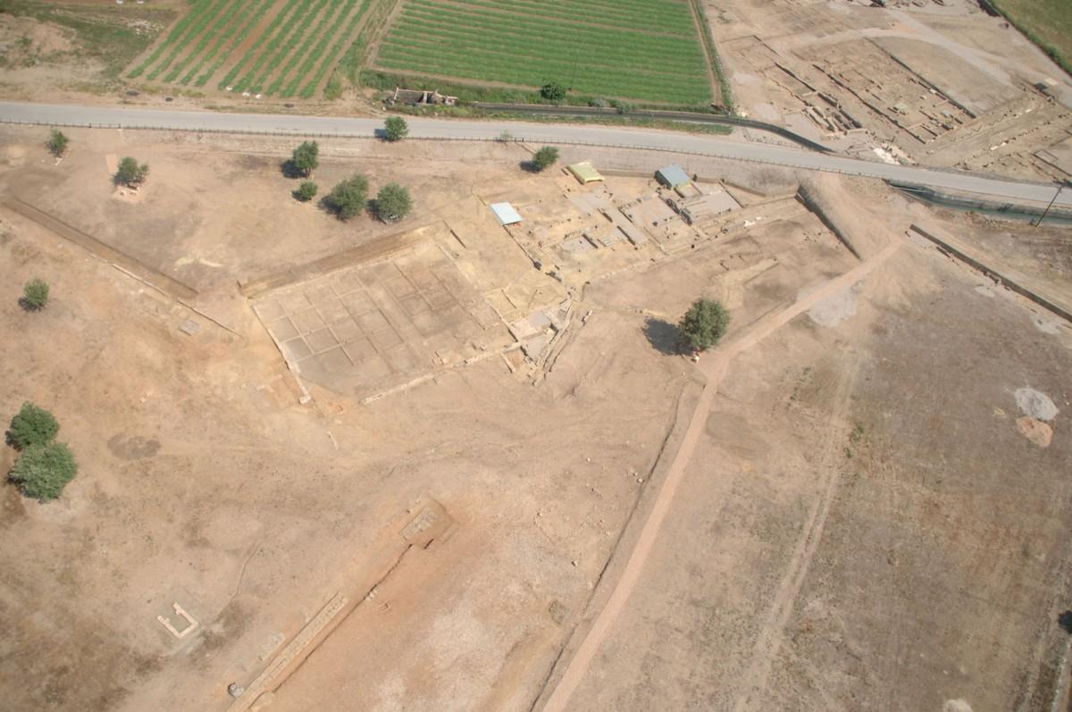 Εικ. 8. Αεροφωτογραφία των οικοδομημάτων στο νοτιοδυτικό άκρο του πλατώματος της Αγοράς από ΒΑ (πηγή: Ανδρέου/Ανδρέου-Ψυχογιού 2009, 83, εικ. 72).