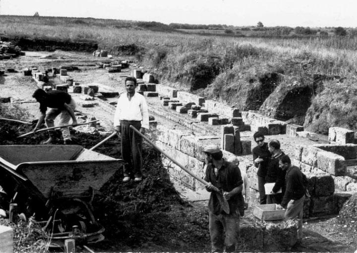 Εικ. 3. Ανασκαφικές εργασίες της δεύτερης περιόδου των συστηματικών ανασκαφών στο χώρο του θεάτρου (πηγή: Ανδρέου/Ανδρέου-Ψυχογιού 2009, 66, εικ. 6).