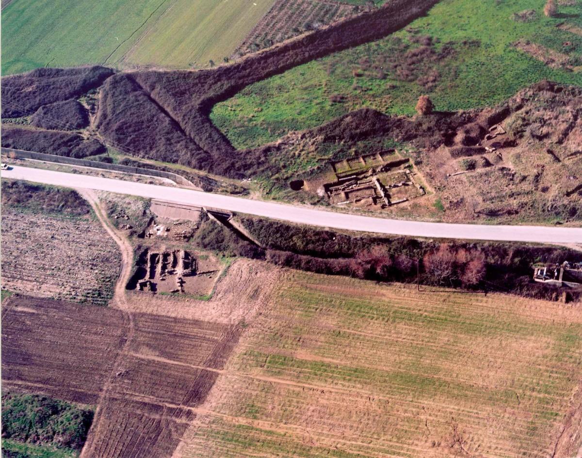 Eικ. 6. Το κέντρο της αρχαίας πόλης κατά την εποχή έναρξης του έργου ανάδειξης του αρχαιολογικού χώρου.