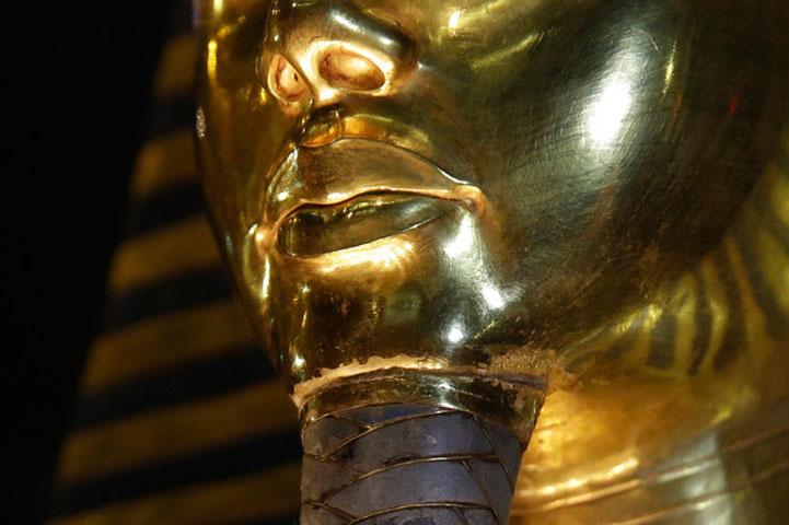 Η ταφική μάσκα του Τουταγχαμών. Στη φωτογραφία διακρίνεται το σημείο επικόλλησης της γενειάδας.