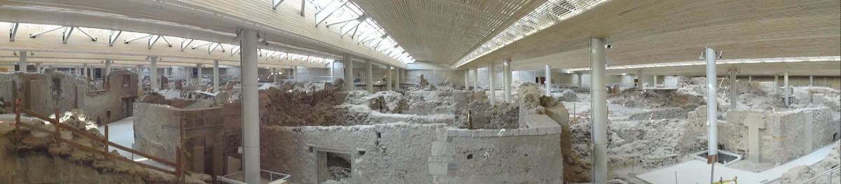 Εικ. 9. Γενική άποψη του αρχαιολογικού χώρου από ανατολικά, κάτω από το βιοκλιματικό στέγαστρο.