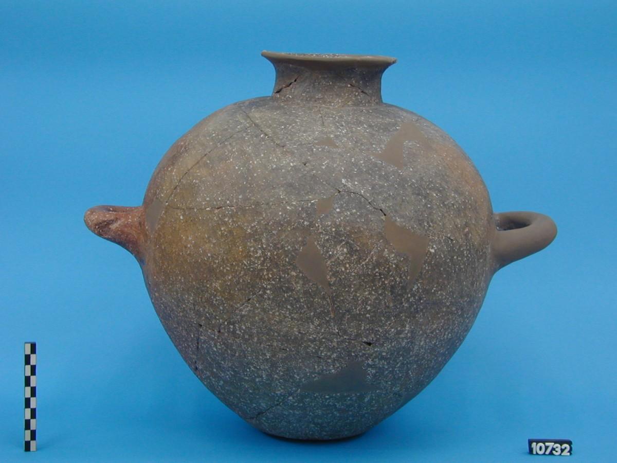 Εικ. 11. Πήλινος μεταφορικός αμφορέας της 3ης χιλιετίας π.Χ., ενδεικτικός του θαλάσσιου εμπορίου που ασκούσε το Ακρωτήρι Θήρας με το υπόλοιπο Αιγαίο.