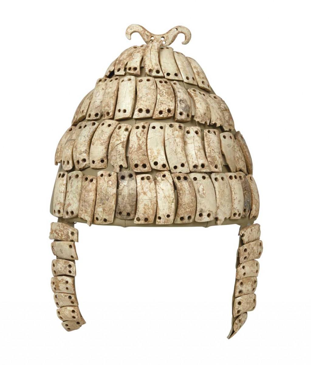 Oδοντόφρακτο κράνος με παραγναθίδες και οστέινο διπλό άγκιστρο στην κορυφή. Βρέθηκε στον θαλαμωτό τάφο 515 στις Μυκήνες. Έκθεση Μυκηναϊκών Αρχαιοτήτων, αίθουσα 4, προθήκη Μ30 (Εθνικό Αρχαιολογικό Μουσείο, αρ. ευρ. 6568).