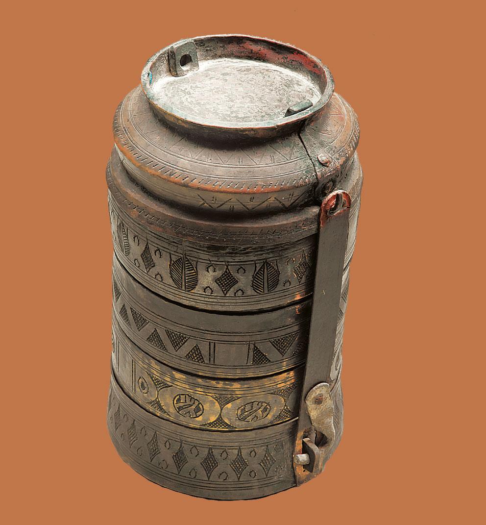 Μεταλλικό σκεύος της οθωμανικής περιόδου για τη μεταφορά φαγητού στους αγρούς. Ιστορικό Μουσείο Κρήτης.