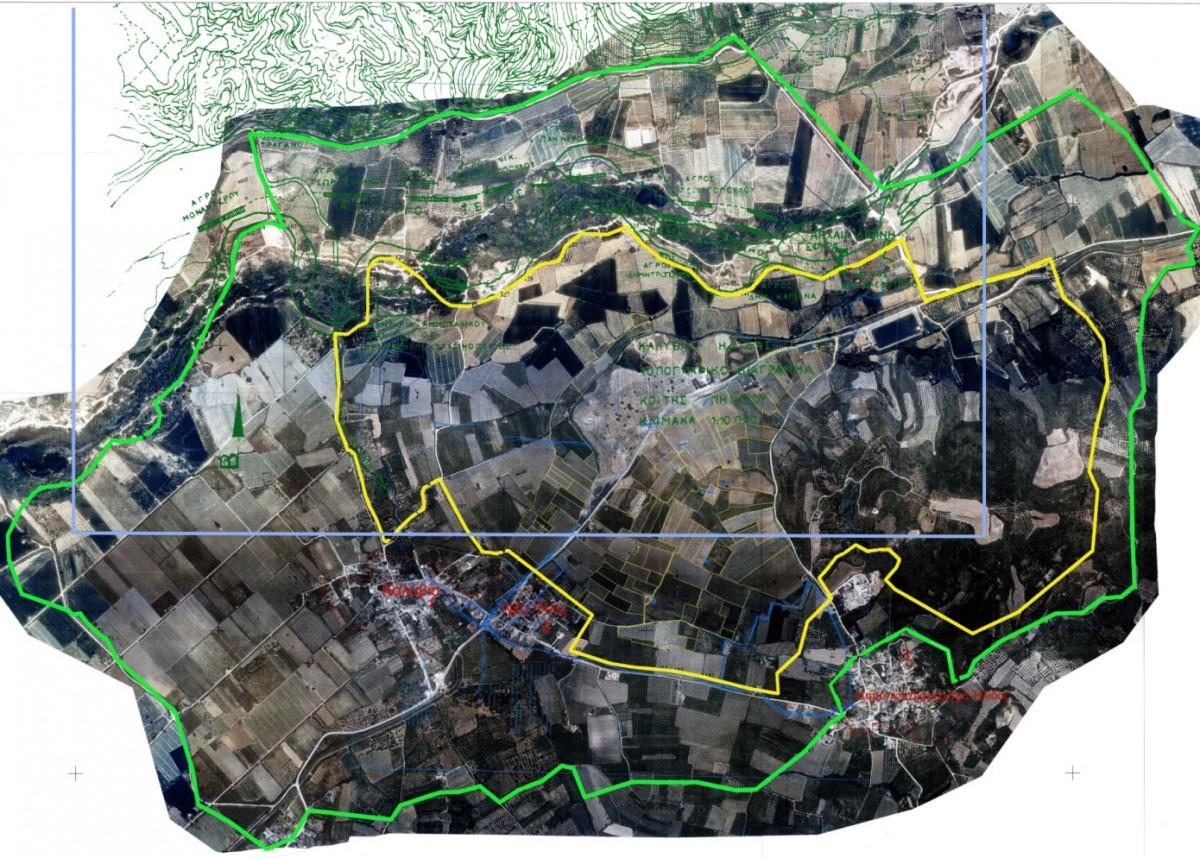 Εικ. 4.  Ορθοφωτοχάρτης ζωνών αρχαιολογικής προστασίας αρχαίας Ήλιδος: με κίτρινο πλαίσιο σημειώνεται η αδόμητη και απολύτου προστασίας Ζώνη Α και με πράσινο η Ζώνη Β (πηγή: Χατζή-Σπηλιοπούλου 2009, 14, εικ. 5). Με κόκκινο πλαίσιο σημειώνεται ο απαλλοτριωμένος σήμερα αρχαιολογικός χώρος.