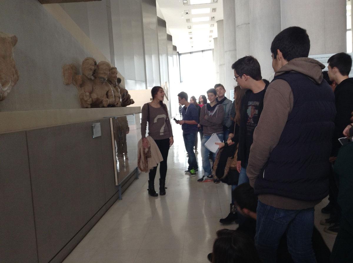 Εικ. 4. Έφηβοι ξεναγοί στο μουσείο της Ακρόπολης.