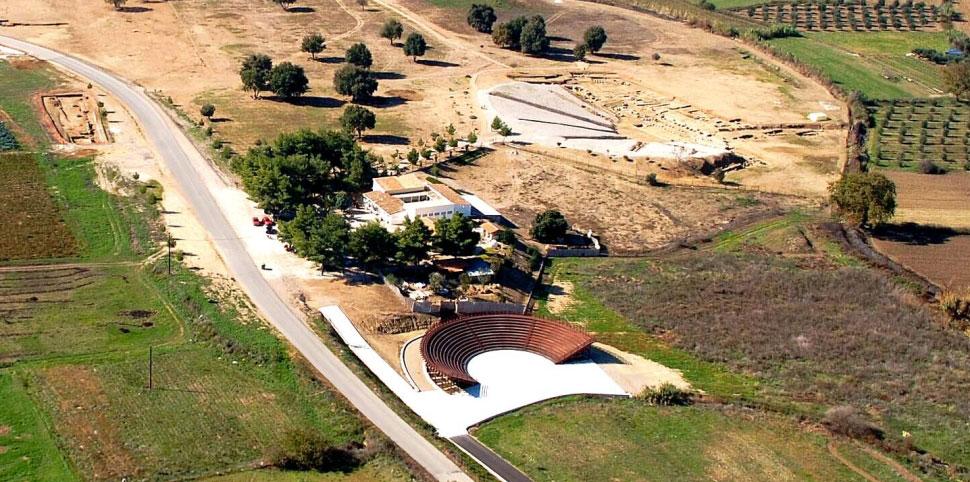 Εικ. 3. Αεροφωτογραφία του αρχαίου και του σύγχρονου θεάτρου (πηγή: Ανδρέου/Ανδρέου-Ψυχογιού 2009, 94, εικ. 106).