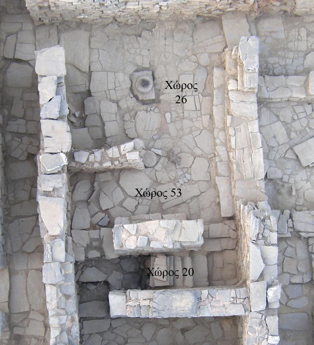 Εικ. 3. Δύο μεγάλες υπόστυλες αίθουσες με κίονες και θρανία στην περιφέρεια, που χρησίμευαν προφανώς για τελετές, αποκαλύφθηκαν στη Ζώμινθο.