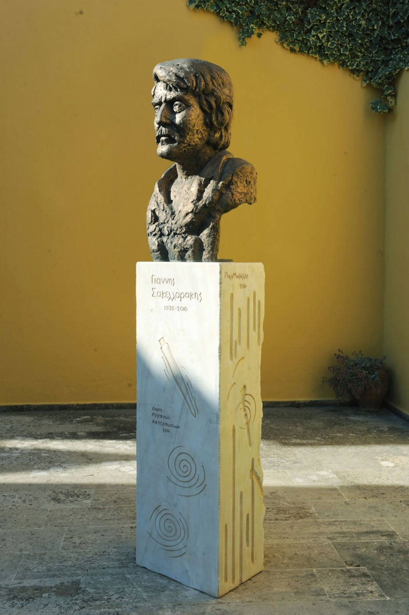 Εικ. 7. Προτομή του Γιάννη Σακελλαράκη, έργο του γλύπτη-ακαδημαϊκού Γιάννη Παρμακέλη, στον αύλειο χώρο του Μουσείου Αρχανών.