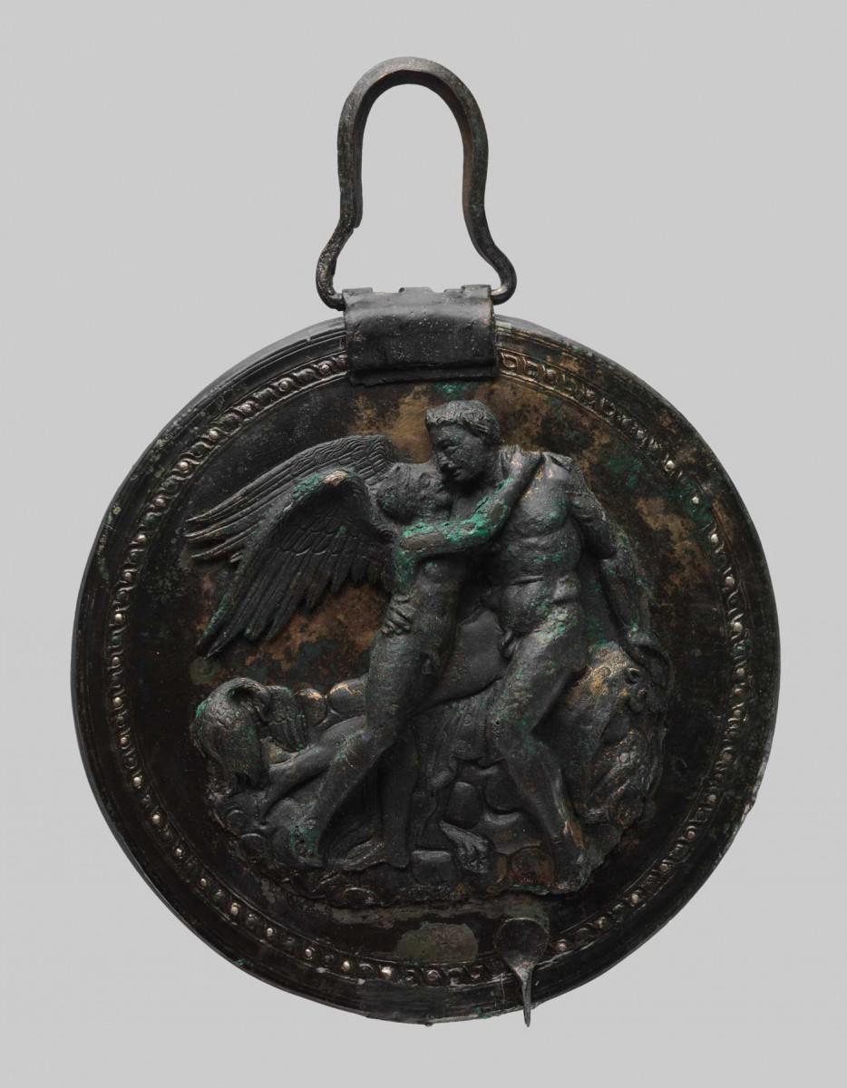 Ο χάλκινος καθρέφτης με τον Έρωτα και τον Διόνυσο από τάφο νεαρής κοπέλας στις Αιγές, τέλη 4ου αι. π.Χ. (φωτ. Εφορεία Αρχαιοτήτων Ημαθίας).