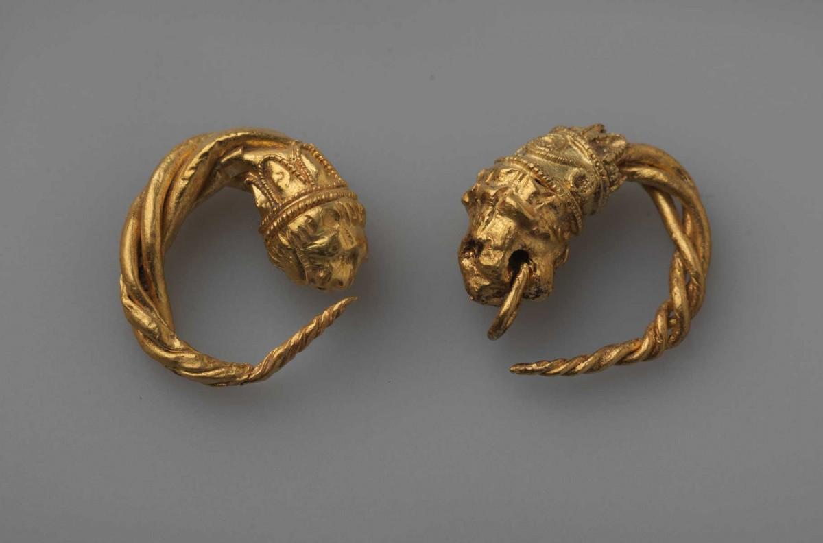 Χρυσά σκουλαρίκια από τον τάφο νεαρής κοπέλας στις Αιγές, τέλη 4ου αι. π.Χ. (φωτ. Εφορεία Αρχαιοτήτων Ημαθίας).