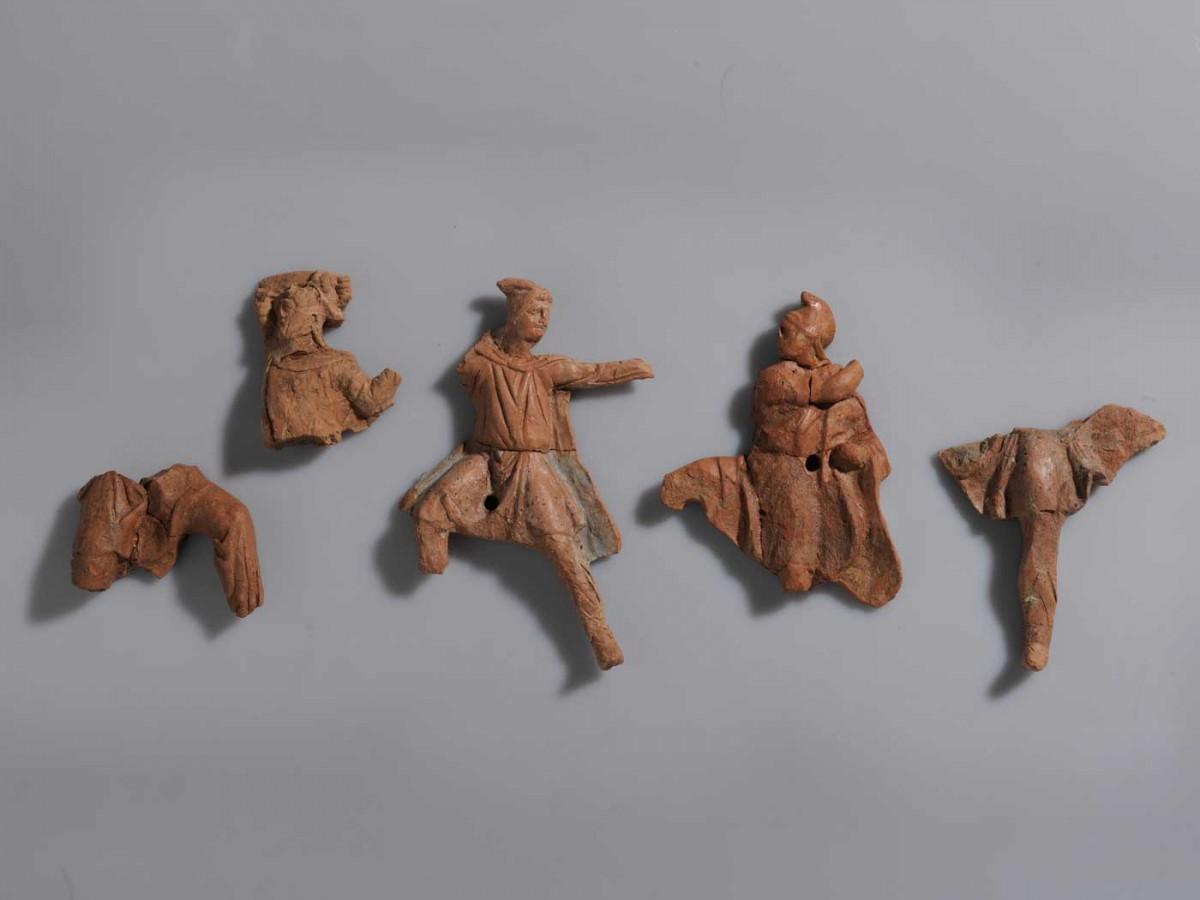 Η διακόσμηση νεκρικής κλίνης από τάφο στις Αιγές, τέλη 4ου αι. π.Χ. (φωτ. Εφορεία Αρχαιοτήτων Ημαθίας).