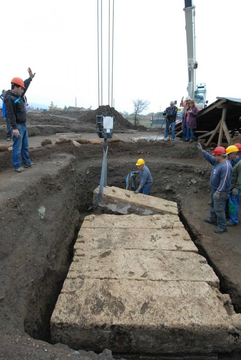 Ο ασύλητος κιβωτιόσχημος τάφος που βρέθηκε το φθινόπωρο του 2014 στις Αιγές κατά την αποκάλυψή του (φωτ. Εφορεία Αρχαιοτήτων Ημαθίας).