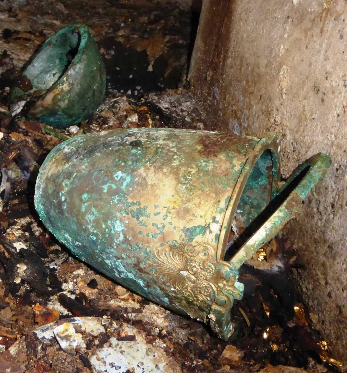 Χάλκινος κάδος από ασύλητο τάφο στις Αιγές, τέλη 4ου αι. π.Χ. (φωτ. Εφορεία Αρχαιοτήτων Ημαθίας).