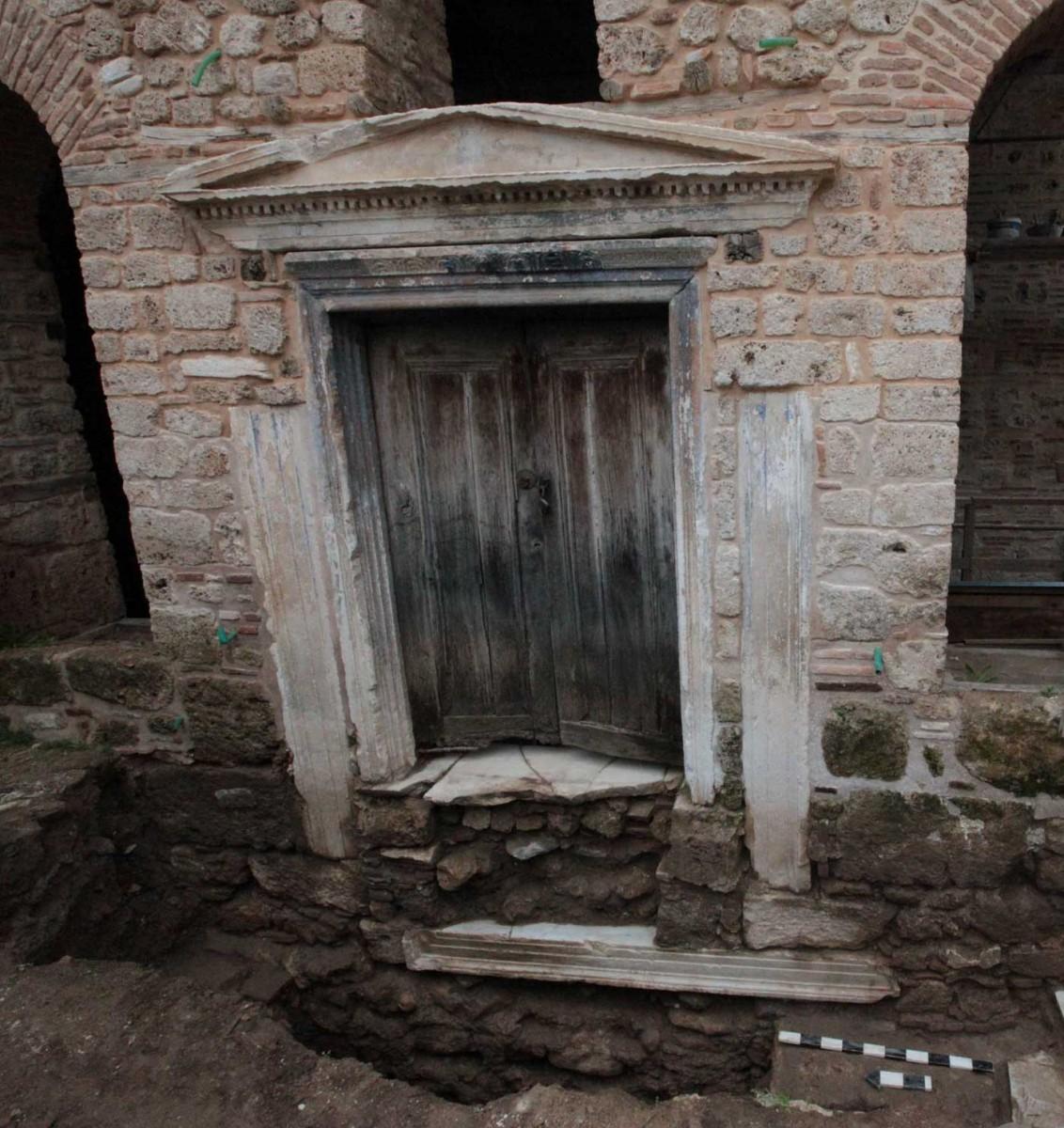 Η παλίμψηστη όψη της εισόδου του νάρθηκα της παλιάς Μητρόπολης στη Βέροια (φωτ. Εφορεία Αρχαιοτήτων Ημαθίας).