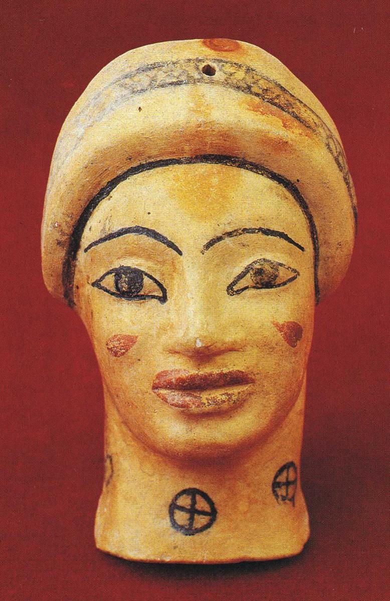 Εικ. 5. Αιανή, Βασιλική Νεκρόπολη. Πήλινο ειδώλιο κόρης με γραπτή διακόσμηση προερχόμενο από λακκοειδή τάφο.