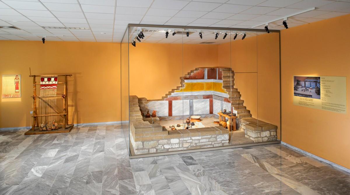 Εικ. 9. Μουσείο Αιανής, Αίθουσα Γ. Αναπαράσταση Δωματίου Γ της οικίας με τη συμβατική ονομασία «Σπίτι με Σκάλες». Αριστερά διακρίνεται η αναπαράσταση του αργαλειού.