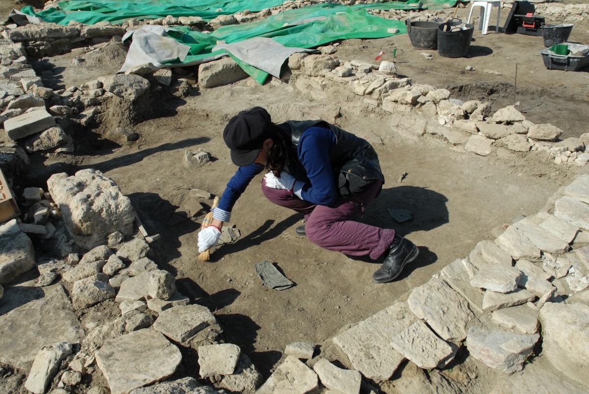 Εικ. 11. Αιανή. «Η αρχαιολόγος» επί τω έργω του καθαρισμού πριν τη φωτογράφιση.