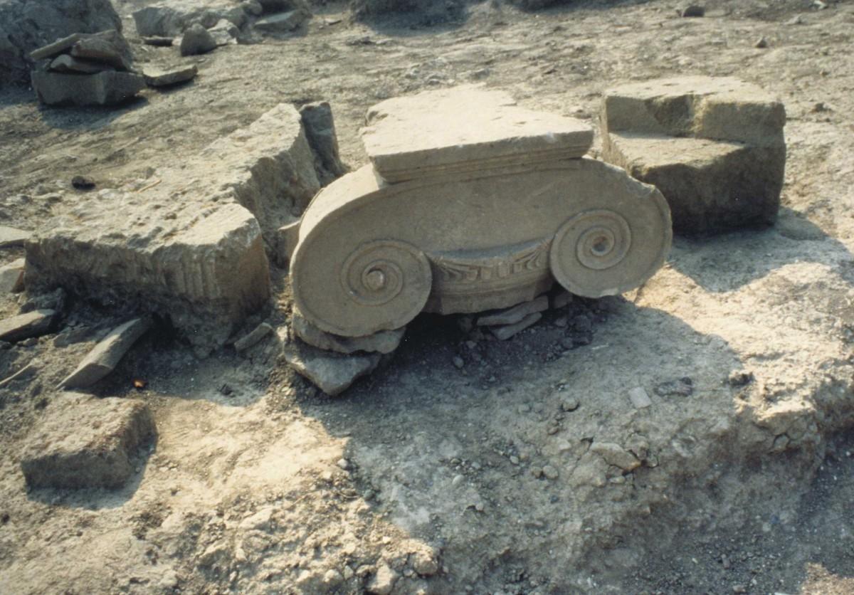 Εικ. 12. Αιανή. Ιωνικό κιονόκρανο από το χώρο της αρχαίας αγοράς, 430-420 π.Χ.