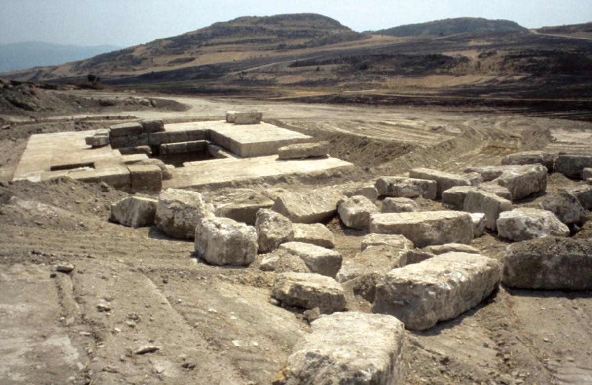 Εικ. 13. Αιανή. Άποψη του τάφου Α της Βασιλικής Νεκρόπολης, πάνω στον οποίο υπήρχε ναόσχημο κτήριο που αποδεικνύει λατρεία προς το βασιλιά.
