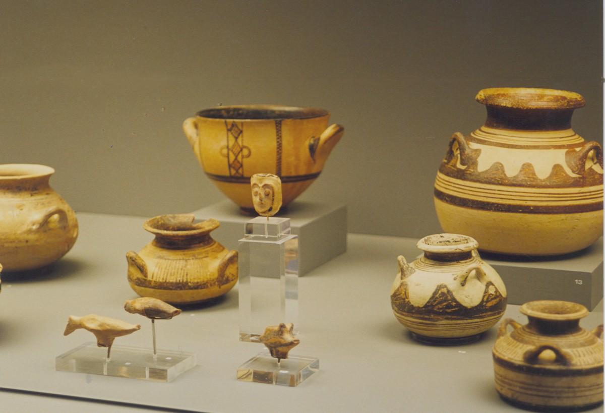 Εικ. 6. Μουσείο Αιανής, Αίθουσα Α. Μυκηναϊκά αγγεία και ειδώλια.