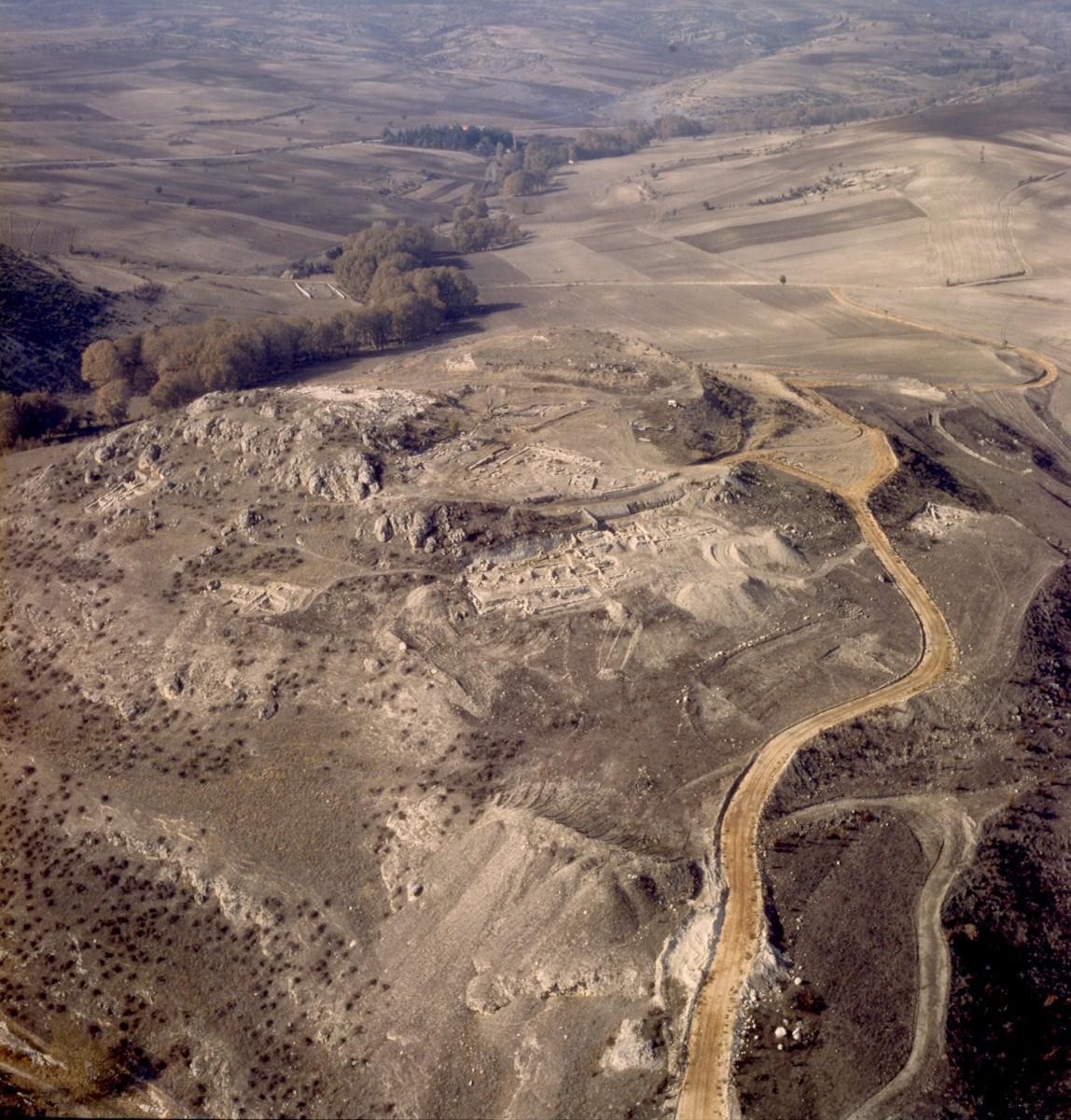 Εικ. 4. Άποψη της αρχαίας Αιανής από ανατολικά.