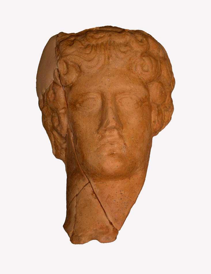 Πήλινη κεφαλή Απόλλωνα, από ανασκαφή στο τέμενος του θεού στην Άρτα. Αρχαιολογικό Μουσείο Άρτας (φωτ. Εφορεία Αρχαιοτήτων Άρτας).