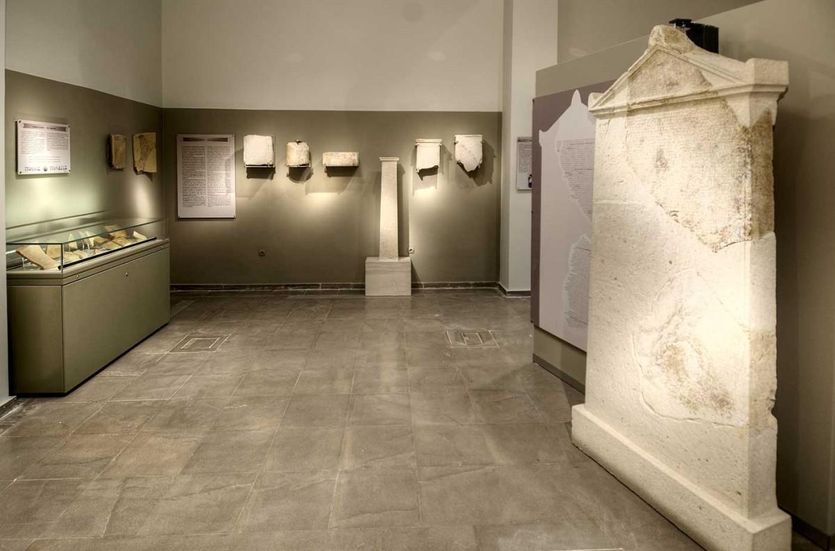 Η ενεπίγραφη στήλη βρίσκεται στην Αίθουσα Α του Αρχαιολογικού Μουσείο Άρτας (φωτ. Εφορεία Αρχαιοτήτων Άρτας).