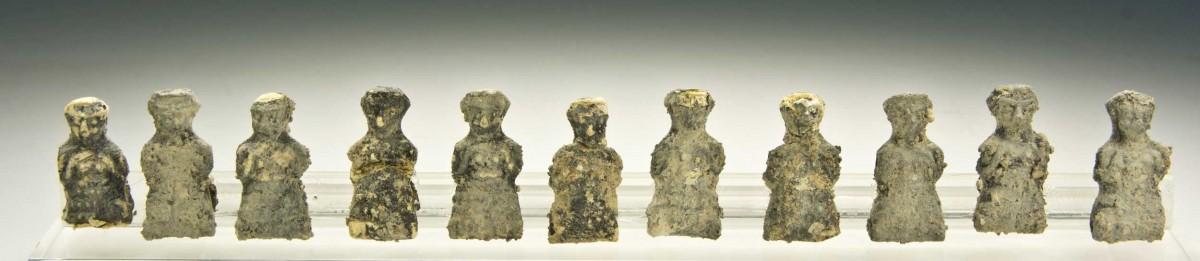 Γυάλινες χάντρες σε σχήμα γυναικείας μορφής. 14ος-13ος αι. π.Χ. Έκθεση Μυκηναϊκών Αρχαιοτήτων, αίθουσα 4, προθήκη 31 (Αρ. ευρ. Π 2286). Φωτογραφία: Εθνικό Αρχαιολογικό Μουσείο/Γ. Πατρικιάνος, Μ. Κοντάκη.