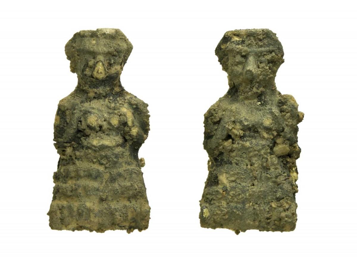 Δύο από τις έντεκα γυάλινες χάντρες σε σχήμα γυναικείας μορφής που εκτίθενται στο Εθνικό Αρχαιολογικό Μουσείο. 14ος-13ος αι. π.Χ. Έκθεση Μυκηναϊκών Αρχαιοτήτων, αίθουσα 4, προθήκη 31 (Αρ. ευρ. Π 2286). Φωτογραφία: Εθνικό Αρχαιολογικό Μουσείο/Γ. Πατρικιάνος, Μ. Κοντάκη.