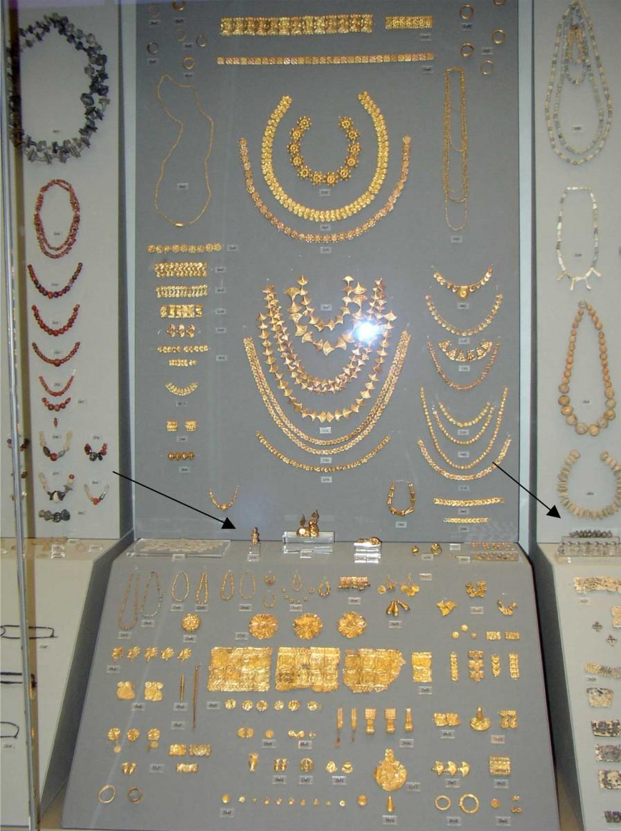 Η προθήκη 31 στην Έκθεση Μυκηναϊκών Αρχαιοτήτων του Εθνικού Αρχαιολογικού Μουσείου. Με τα βέλη δηλώνεται η θέση των εκθεμάτων. Φωτογραφία: Εθνικό Αρχαιολογικό Μουσείο/Γ. Πατρικιάνος, Μ. Κοντάκη.