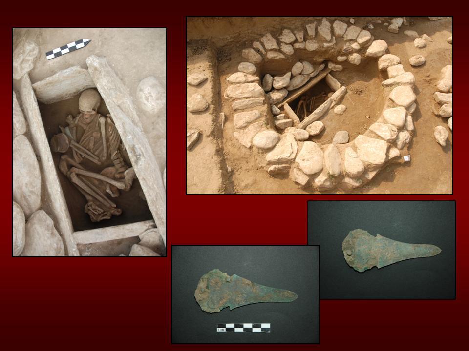 Εικ. 18. Ελάτη, θέση Λογκάς: Η κιβωτιόσχημη ταφή με το χάλκινο εγχειρίδιο.