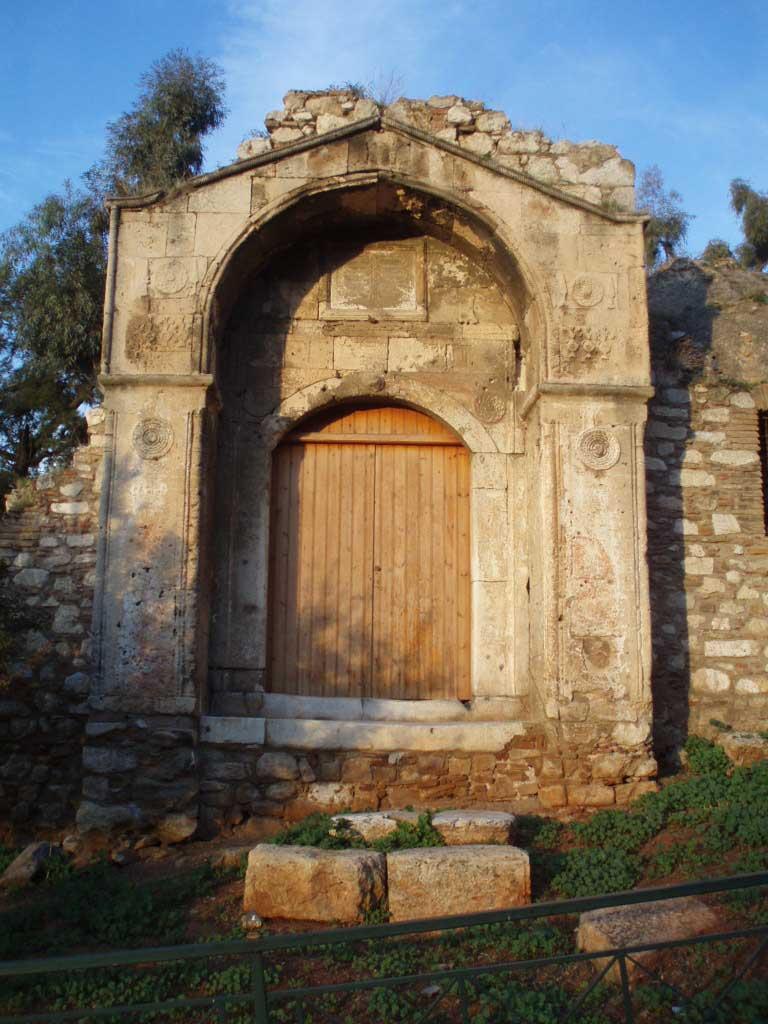Η πύλη του Μεντρεσέ των Αθηνών αντιστέκεται σε πείσμα του χρόνου και των κακουχιών που υπέστη το υπόλοιπο κτίριο πριν κατεδαφιστεί το 1898 για τη διενέργεια ανασκαφών (φωτ. Βικιπαίδεια).