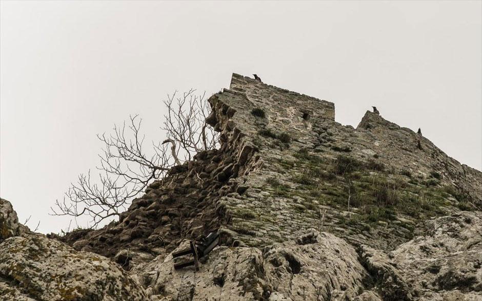 Το Κάστρο της Μύρινας είναι κτισμένο σε βραχώδη και απόκρημνη χερσόνησο και επικοινωνεί με την ξηρά μόνο από τα ανατολικά. Αποτελεί το μεγαλύτερο σε έκταση οχυρό του Αιγαίου.
