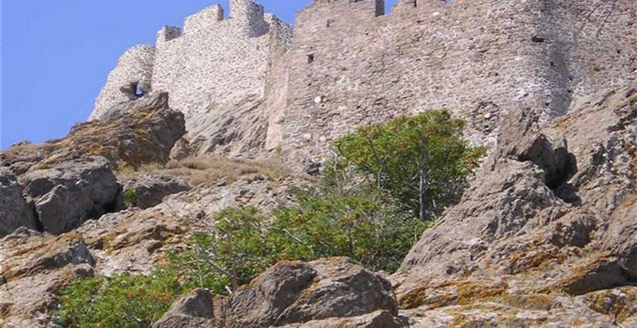Στην ανατολική και νότια πλευρά το τείχος είναι ψηλό και ο αριθμός των πύργων σχετικά μεγάλος, ενώ στη βόρεια και δυτική πλευρά το τείχος είναι κατά πολύ χαμηλότερο και οι πύργοι λιγότεροι. Στο ψηλότερο σημείο του λόφου υπάρχει ημικατεστραμμένο οχυρό κτίσμα με πολλούς εσωτερικούς χώρους.